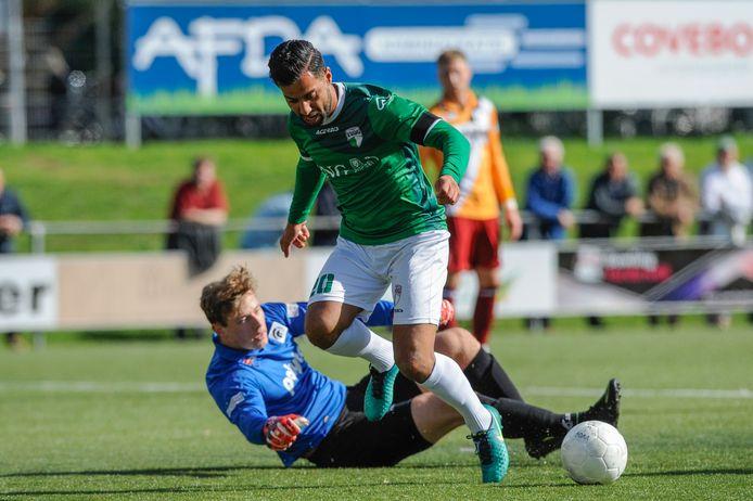 Yasin Kurt (groen) op weg naar een doelpunt.