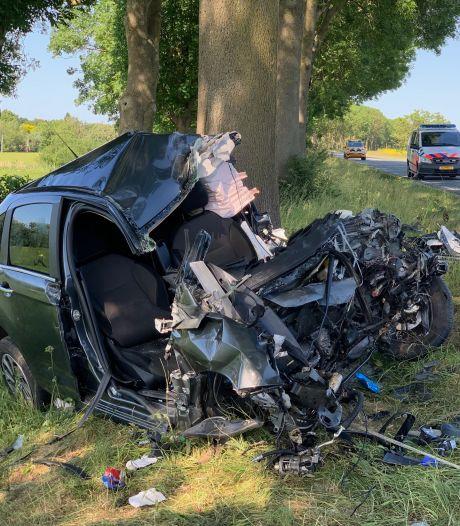 Vrouw (66) uit Boven-Leeuwen overleden na frontale botsing in Rossum, man zwaargewond