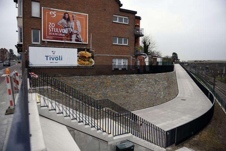 De nieuwe fietstunnel was nog afgesloten voor publiek, maar toch reden enkele fietsers er al door.