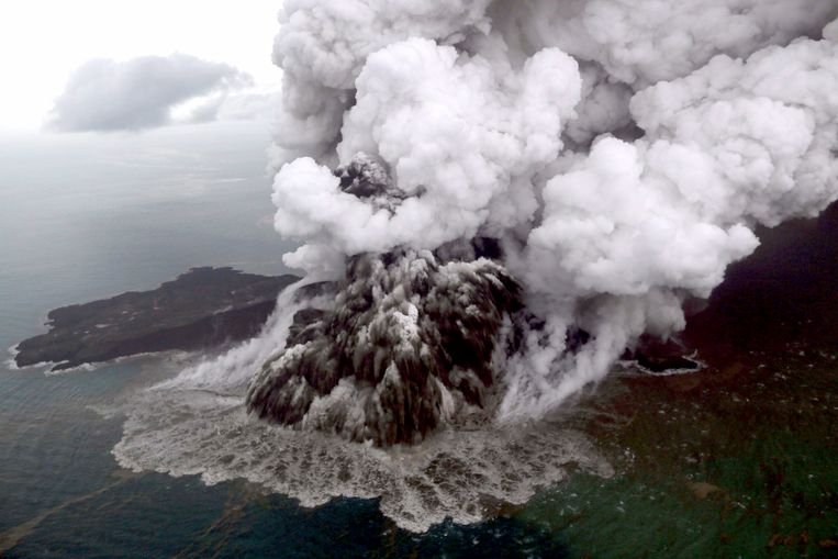 De Anak Krakatau op een zondag gemaakte foto. De vulkaan is al maandenlang erg actief. Beeld EPA