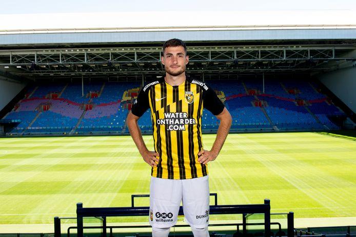 Matus Bero in het nieuwe thuisshirt van Vitesse.