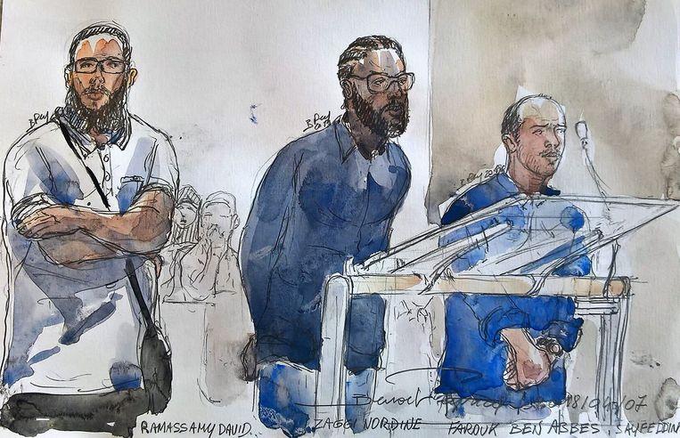Farouk Ben Abbes (rechts) staat met twee vermeende kompanen terecht voor de rechtbank van Parijs