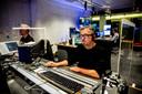 Ralph de Beer is regisseur en zit tussen twee schermen van plexiglas. FOTO SHODY CAREMAN