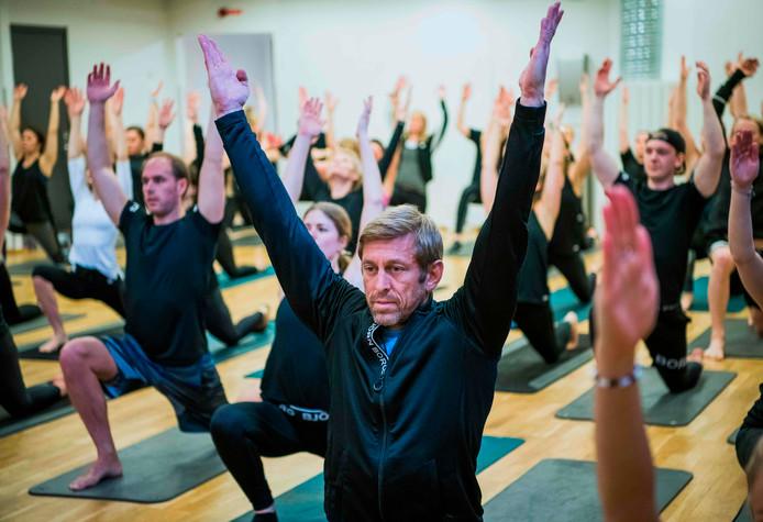 Henrik Bunge (vooraan), CEO van sportmerk Björn Borg, tijdens een yoga-sessie met zijn werknemers.