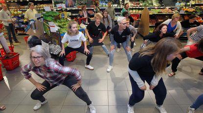 45 dansers doen flashmob in Proxy