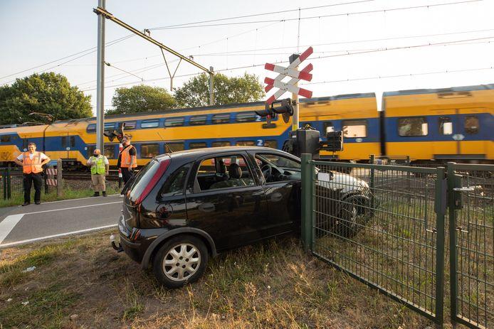 De auto werd achtergelaten bij de spoorwegovergang, de bestuurder is spoorloos.