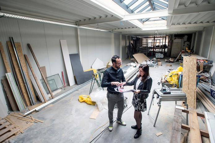 Bas en Judith Beenakkers in het in  aanbouw zijnde pand van hun zaak De Paskaemer in de Kerkstraat in Oosterhout.
