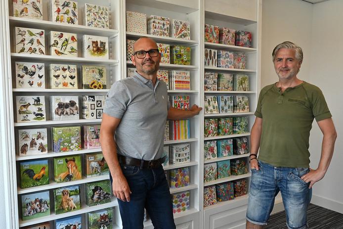 Bedrijfsleider Pascal Gisbers (links) en vormgever Harrie Smits met op de achtergrond enkele van de vele designs.