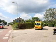 Vrouw op scooter in Klarenbeek verkijkt zich op grind en gaat onderuit