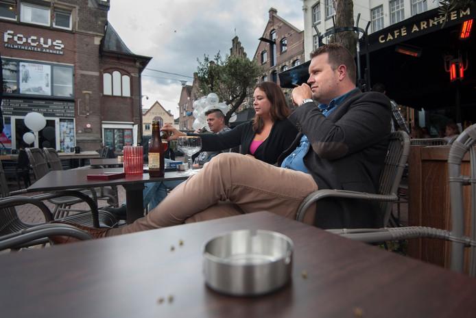 Roken op het terras in Arnhem. Foto ter illustratie.