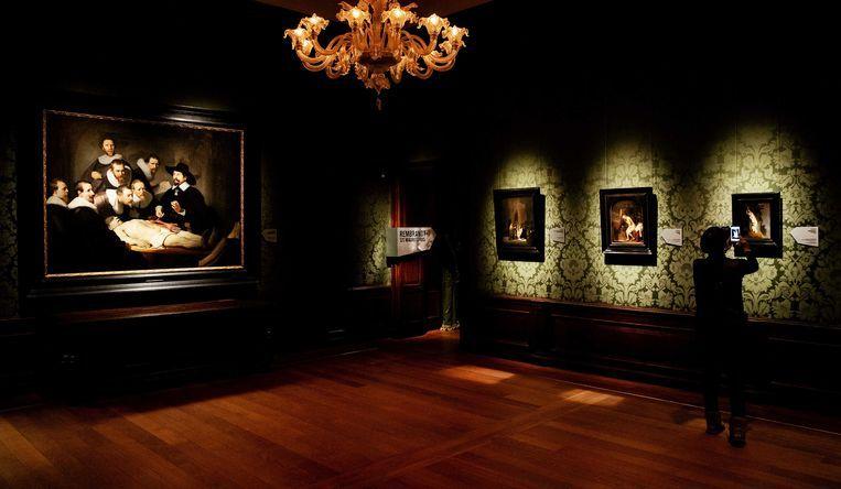 Medewerkers leggen de laatste hand aan Rembrandt-tentoonstelling in het Mauritshuis. Met de expositie trapt het Mauritshuis het themajaar Rembrandt en de Gouden Eeuw af. Beeld null