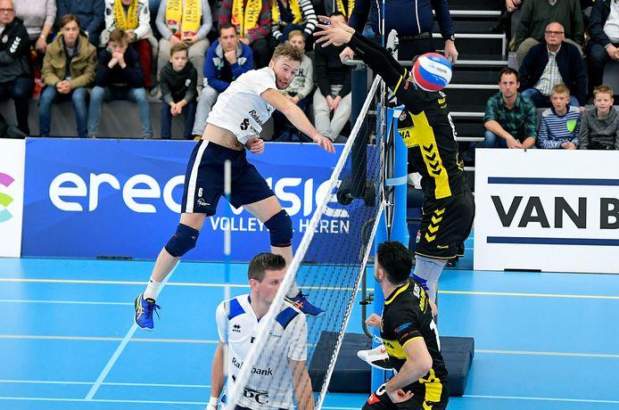 Passer-loper Bart Yark van Sliedrecht Sport passeert het blok van Dynamo verwoestend.