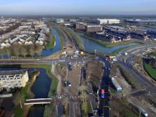 Jarenlang werk aan weg langs nieuwbouwwijk Hoog Dalem klaar met onthulling naam rotonde