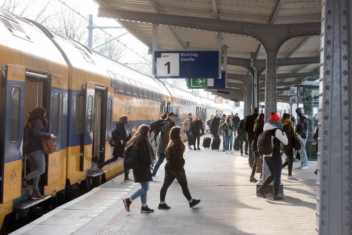 Een intercity stopt wegens werkzaamheden op station Harderwijk, in 2018. Hoewel de gewenste intercity-verbinding met Amersfoort nog toekomstmuziek is, krijgt Harderwijk in het nieuwe spoorboekje wel extra Sprinter-treinen in de spitsuren.