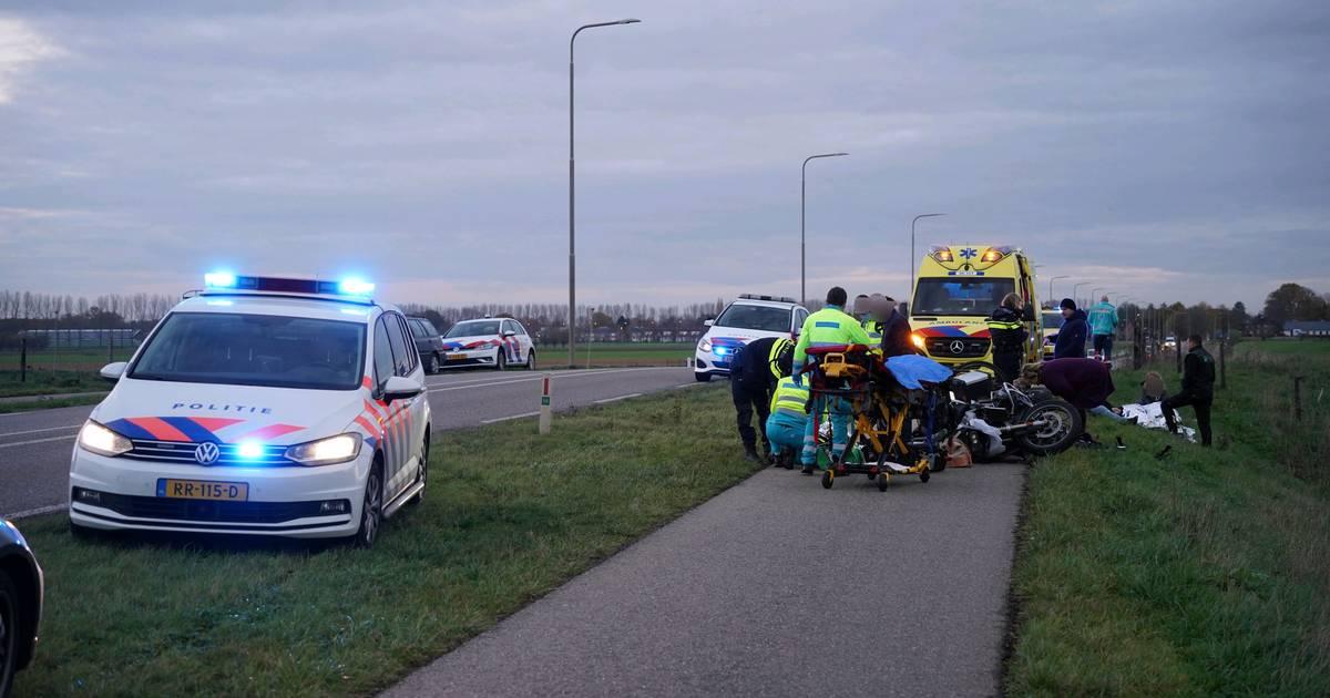 Motorrijder in botsing met fietsers in Herwen, meerdere gewonden.