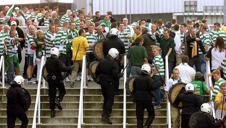 De politie van Amsterdam kreeg het voorafgaand aan Ajax-Celtic aan de stok met Schotse supporters. Beeld ANP