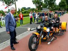 Lotte op trike en Isis in Tesla: Prins Willem Alexanderschool neemt in stijl afscheid