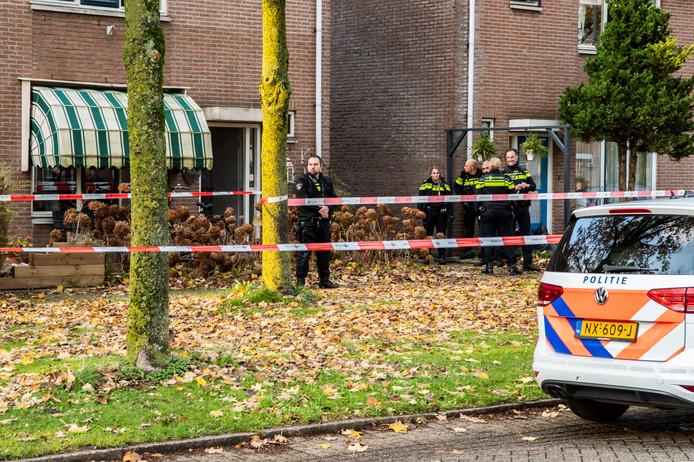 Politiemensen aan de Dukaatslag in Houten,  waar sprake was van een steekincident.