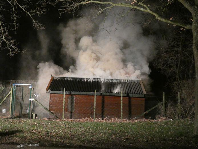 Het tuinhuisje in brand in Nijmegen.