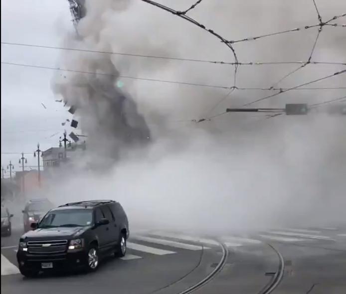 Selon les pompiers, six à huit étages du bâtiment se sont partiellement effondrés pour une raison encore inconnue.