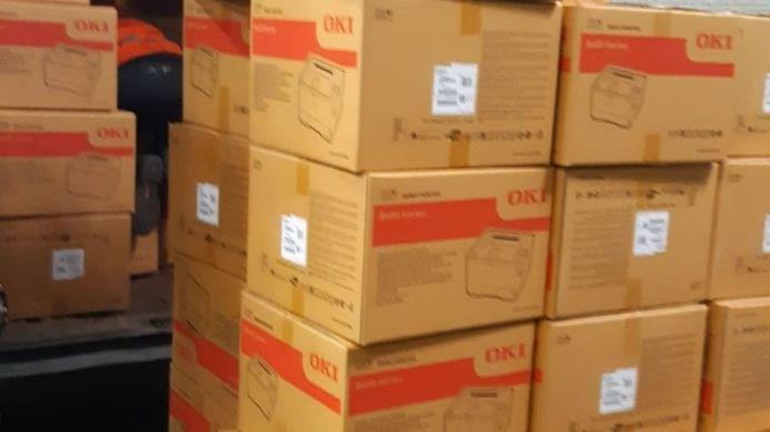 De politie heeft vier Roemen aangehouden die worden verdacht van ladingdiefstal, dozen met printers.