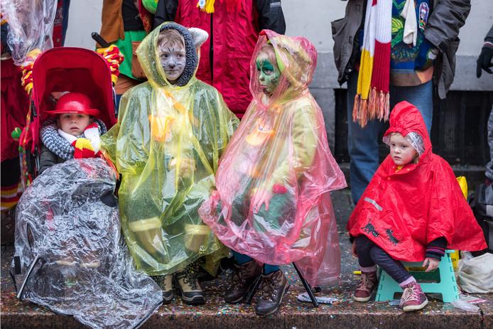 De optocht in Oeteldonk tijdens een eerdere editie met veel regen en wind tijdens de optocht  hier in de Hinthamerstraat.