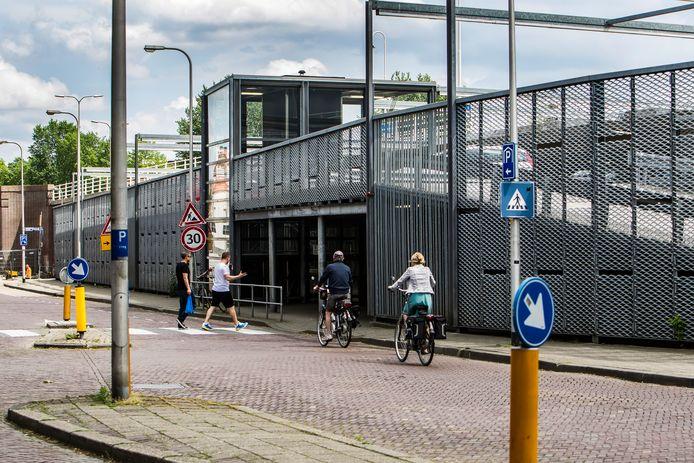 De parkeergarage onder de Wilhelminabrug wordt voor 2,3 miljoen euro opgeknapt, maar er is geen ruimte voor een fietsenstalling.