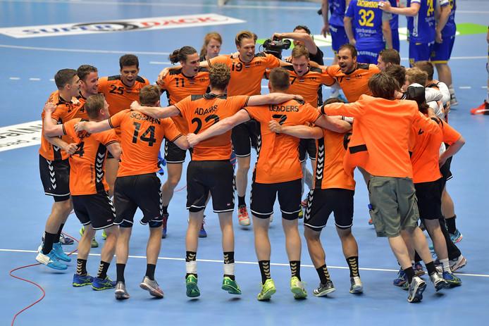 De Nederlandse handballers na de zege op Zweden (25-24)