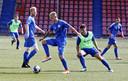 Luuk Brouwers controleert de bal op de training van FC Den Bosch. Van links naar rechts kijken Stefano Beltrame, Jort van der Sande, Ruben Rodrigues en Zija Azizov toe.