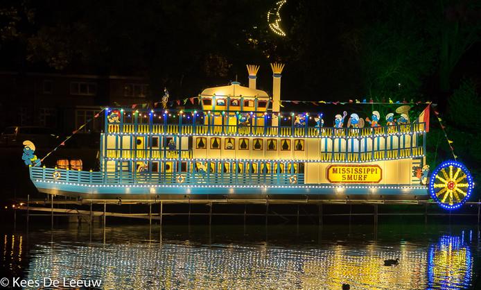 Fraai licht bij de vijver op het Hendrik de Keijzerplein, zonder twijfel het mooiste onderdeel van de Lichtjesroute