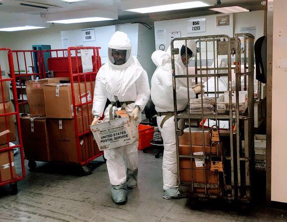 Personeel van het Amerikaans ministerie van Defensie onderzoeken post die toekomt aan het Pentagon in Washington, DC, waar deze week pakketjes met ricine werden afgeleverd.