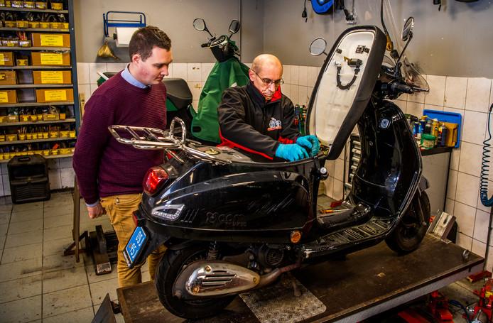Een monteur van Hordijk Tweewielers repareert een scooter met verkeerde benzine.