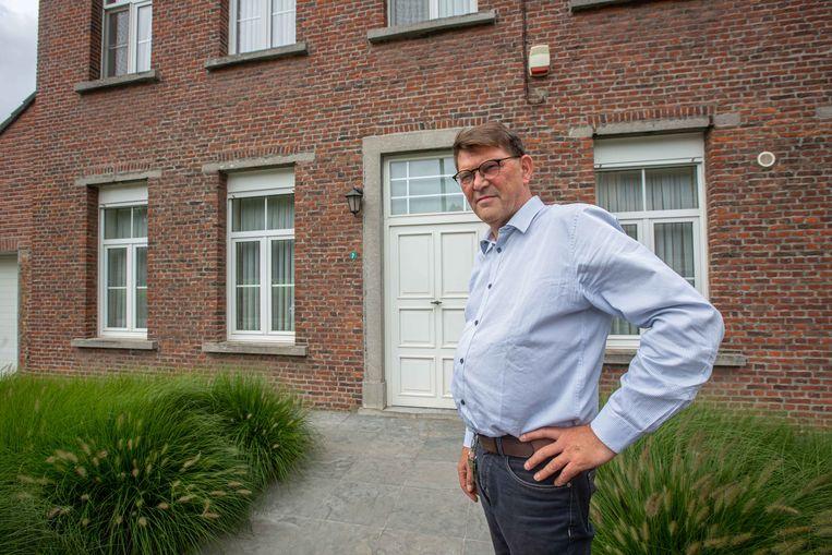 RPastoor Hans Decancq voor de pastorie in Borchtlombeek die hij eind deze week zal verlaten.