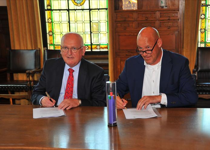Ondertekening overeenkomst glasvezel Deurne, links burgemeester Hilko Mak, rechts Eric Vos van E-Fiber