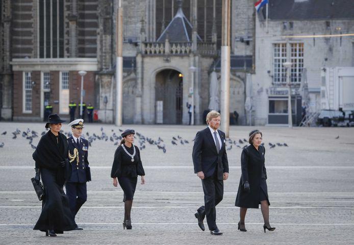 Koning Willem-Alexander en koningin Maxima op weg naar de Nationale Dodenherdenking op de Dam.