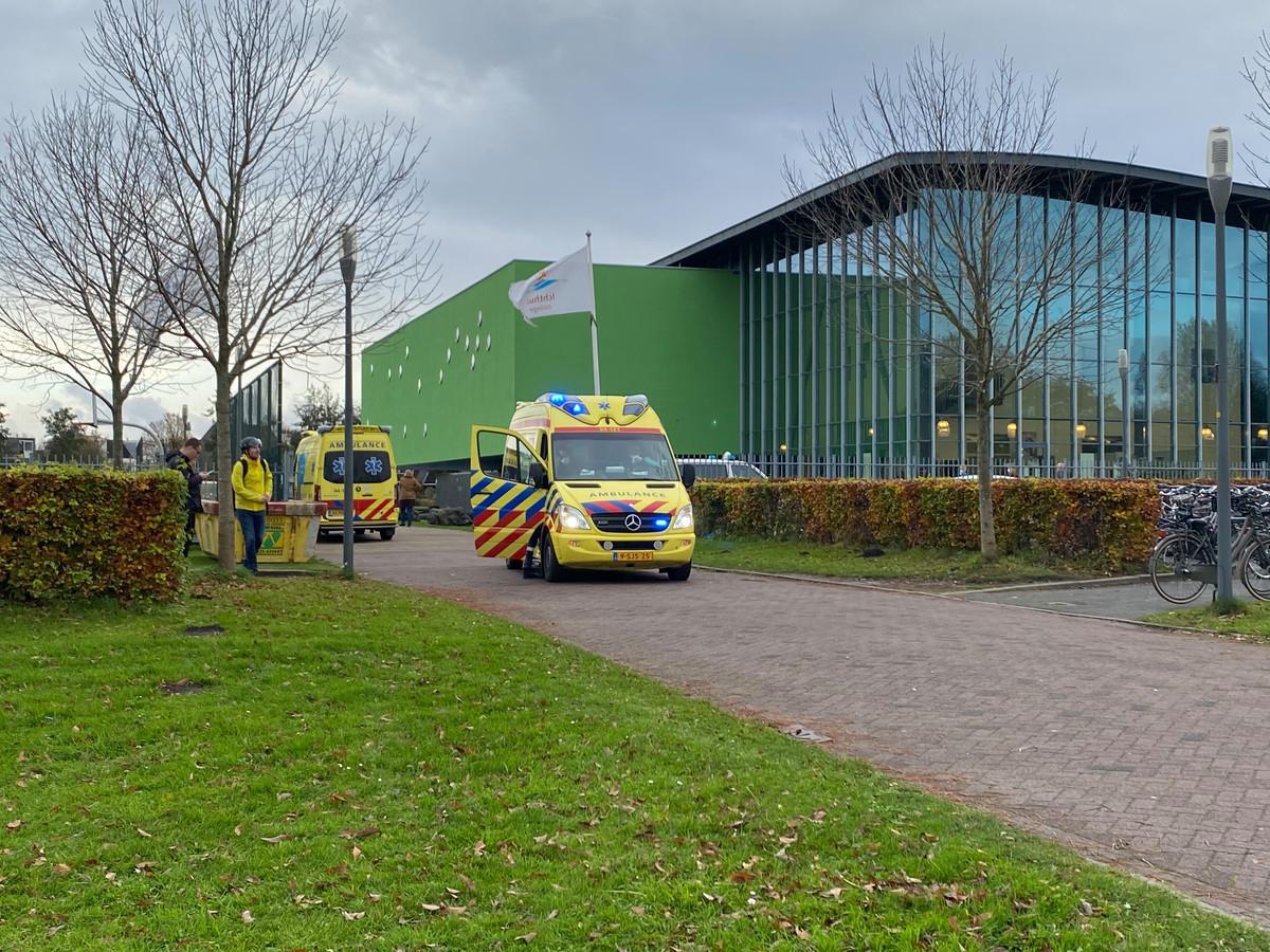 Ambulances bij het Almere College in Kampen,.