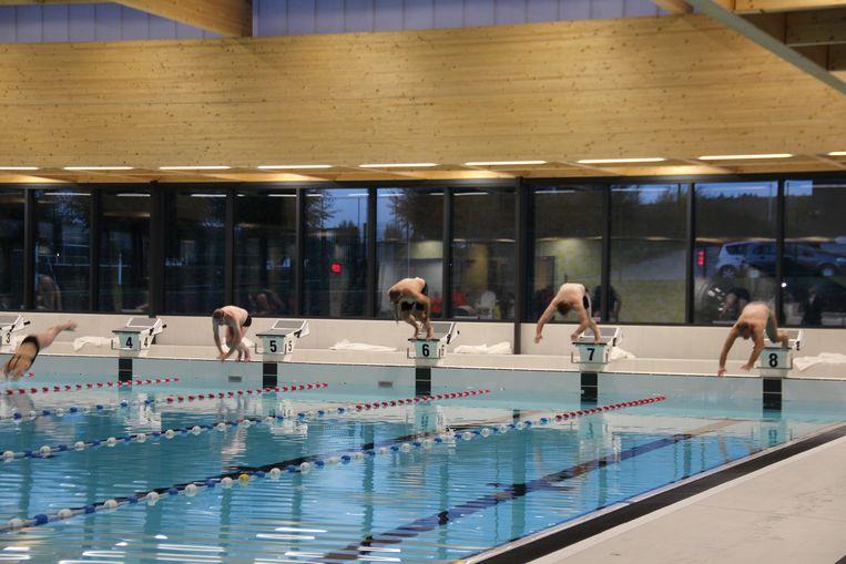 Het college van burgemeester en schepenen duikt in het nieuwe zwembad.