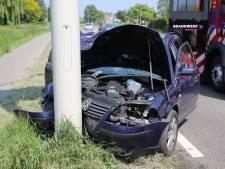 Automobilist zwaargewond naar ziekenhuis na knal tegen lantaarnpaal op N233