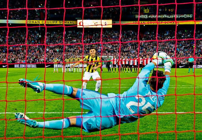 Rashica ziet zijn penalty in de strijd om de Johan Cruijff Schaal van vorig jaar gekeerd worden door Feyenoord-keeper Jones.