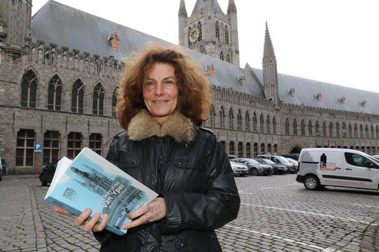 Minneke Van Heule met haar boek 'Het weeskind van Yper'.