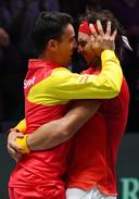 Roberto Bautista Agut en Rafael Nadal in een innige omhelzing na de winst van de Davis Cup.