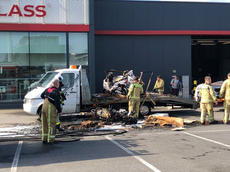 De brand veroorzaakte heel wat schade op de parking van Carglass in Aartselaar.