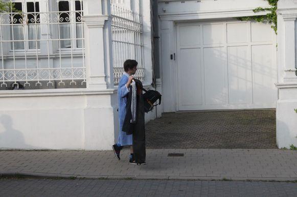 Een gast haalt in kamerjas de feestkledij uit