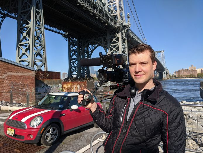 Videojournalist Daan Wallis pakt nu in plaats van de metro de Mini van zijn vriendin in en om New York. 'Ik ben voor het eerst bang geweest op straat. 's Avonds wordt New York een grimmige, enge stad.'