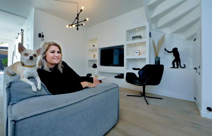 Natasja Klootwijk heeft geprobeerd om kleur toe te voegen in haar woning, maar wordt toch blijer van zwart en wit.