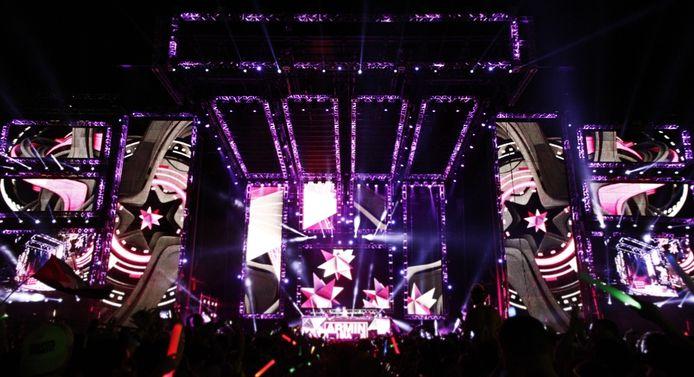 Armin van Buuren op het hoofdpodium van EDC 2012, omringd door de indrukwekkende visuals van Eyesupply.