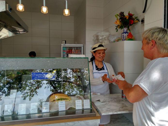 Ilse Lagarde bestelt haar vertrouwde loempia met saus bij Mai Nguyen.