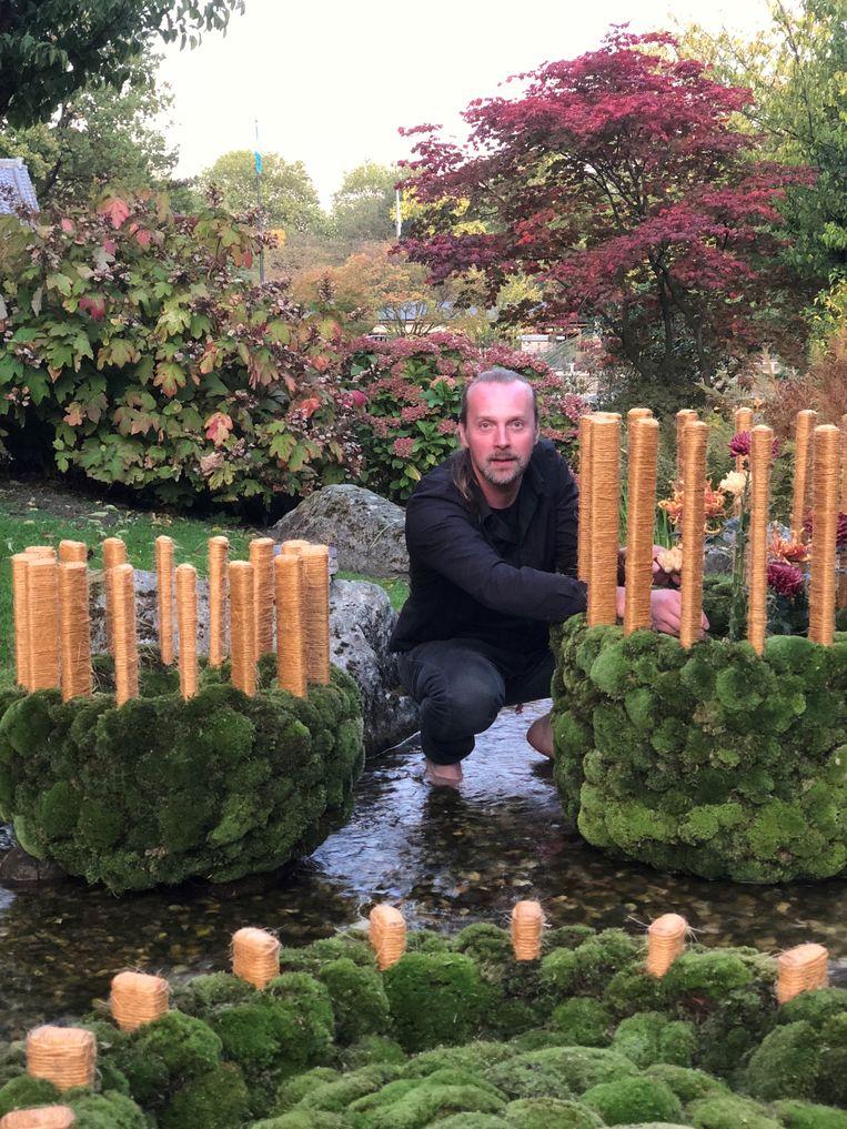 Bloemenkunstenaar Tom De Houwer ontwierp verschillende grote kunstwerken met chrysanten voor de Japanse Tuin