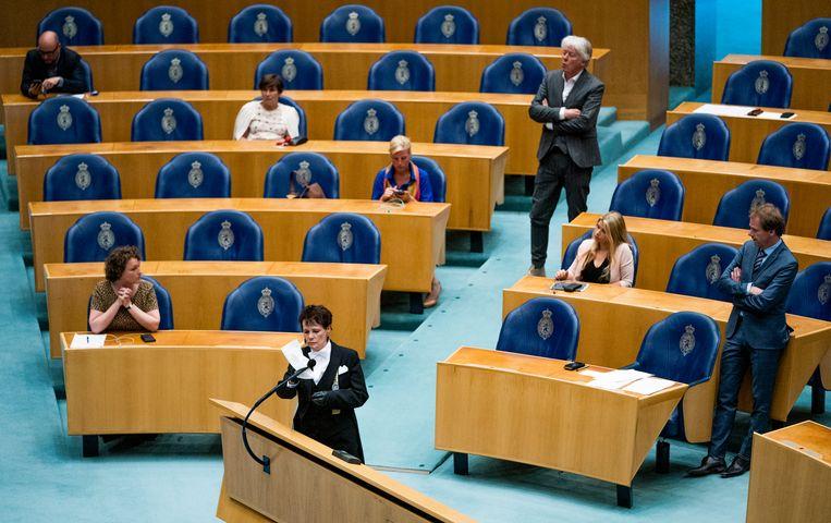 Kamerleden in de plenaire zaal tijdens het eerste vragenuur in de Tweede Kamer in tijden van het coronavirus.  Beeld Freek van den Bergh / de Volkskrant