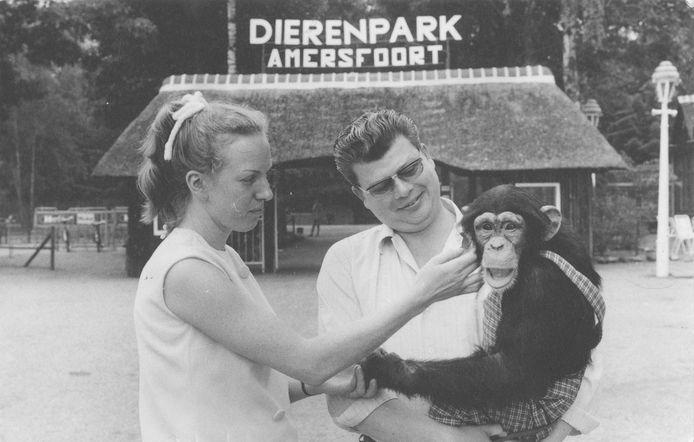 Astrid en Henk Vis met chimpansee Mike voor de ingang van Dierenpark Amersfoort.